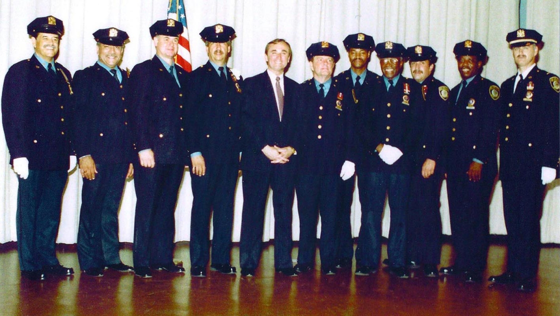 Warrants Lee-Warrant Sqd prom to Det. w-Chief Bratton flip jpg